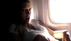 Masturbace dívky v letadle