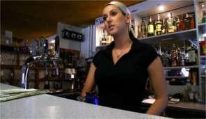 Rychlý prachy - Barmanka vyjebává v pracovní době